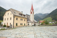 Herfstmening naar de kleine stad van Rio Bianco in Ahrntal Royalty-vrije Stock Afbeeldingen