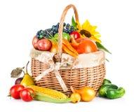 Herfstoogstgroenten en vruchten in mand stock afbeeldingen
