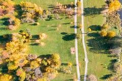 Herfstpark met gele bomen, lucht hoogste mening royalty-vrije stock foto