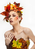 Herfstvrouw Mooie creatieve make-up en haarstijl in de studioschot van het dalingsconcept Het meisje van de schoonheidsmannequin  Royalty-vrije Stock Foto's
