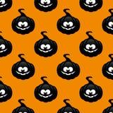 Herhaalbaar patroon met zwarte pompoen over oranje achtergrond Stock Foto