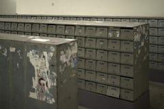 Herhaald brievenbussenpatroon gelijkend op huisvestingsbouwstenen stock fotografie