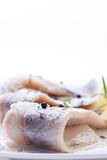 Heringe mit Salz, Pfeffer, Kräutern und Zitrone Stockfoto