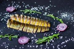 Heringe und Makrele auf einem dunklen Hintergrund mit Zwiebeln und Arugula lizenzfreie stockbilder