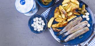 Heringsfilets auf einer Platte, gebacken in den Ofenkartoffeln und -essiggurken Köstliches traditionelles Lebensmittel von Hollan stockfotografie