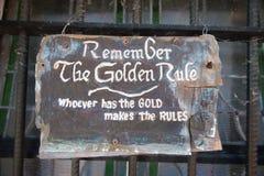 Herinner de Gulden regel whoever het goud maakt het regelsteken heeft stock foto