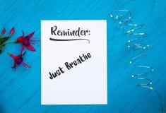 Herinnering motievenconcept op blauwe lijst enkel om te ademen stock fotografie