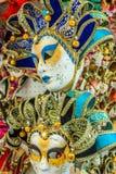 Herinneringen en Carnaval-maskers op straat die in Venetië, Italië handel drijven Stock Foto