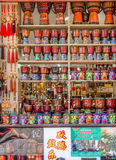Herinneringen en djembe het verkopen in de kleinhandel die bij het Yunnan-Nationaliteitendorp, China wordt gevestigd royalty-vrije stock fotografie