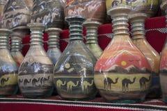 Herinneringen - flessen met zand en vormen van woestijn en kamelen, Jordanië Stock Foto