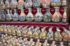 Herinneringen - flessen met zand en vormen van woestijn en kamelen, Jordanië Stock Foto's