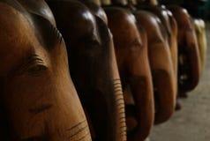 Herinnerings houten standbeelden van olifanten in de reis Stock Afbeeldingen