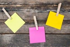 Herinnerings kleverige nota's over houten raad, lege ruimte voor tekst Stock Afbeelding