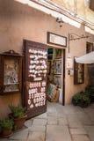 Herinneringswinkel, die in het dorp Populonia, Toscanië, Italië winkelen stock afbeeldingen