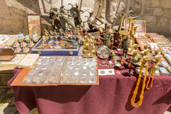 Herinneringswinkel en etnische kleren op het toeristengebied van Budva montenegro Royalty-vrije Stock Foto's