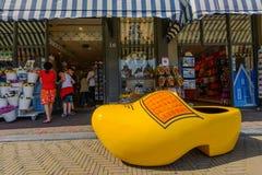 Herinneringswinkel met gigantische gele belemmering voor het winkelvenster, Delft, Nederland stock foto