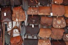 Herinneringswinkel met leerzakken in Sevilla Stock Fotografie