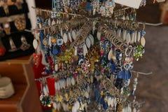 Herinneringswinkel, showcase met keychains en trinket royalty-vrije stock foto's