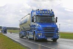 Herkömmliches Scania T580 Forsgards auf regnerischer Landstraße Stockfotografie
