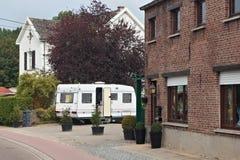 HERKENROOT,比利时- 2014年9月04日:在街道上的有蓬卡车拖车在Herkenroot村庄的中心在佛罗明布拉奔省 图库摄影