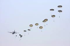 Herkules-flache Tropfen viele springen Soldaten fallschirm Lizenzfreie Stockfotografie