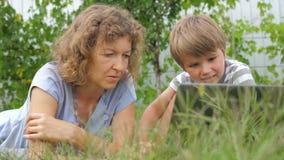 Herkunft Mutter- und Kinderkonzept Technologien und Kinder stock footage