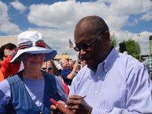 Herman Cain assina o autógrafo fotos de stock royalty free