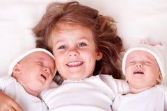 Hermana con los bebés recién nacidos foto de archivo