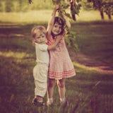 Hermana de abarcamiento del muchacho Imagen de archivo