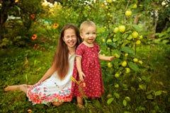 Hermana en el jardín Fotografía de archivo libre de regalías