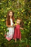 Hermana en el jardín Fotos de archivo