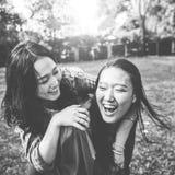 Hermana Friendship Embracing Adorable fuera del concepto Imágenes de archivo libres de regalías