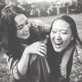 Hermana Friendship Embracing Adorable fuera del concepto Fotografía de archivo libre de regalías