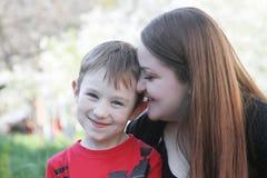 Hermana grande que besa al hermano en mejilla Imagen de archivo libre de regalías