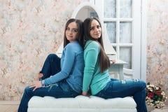 Hermana a hermanas en el espejo fotos de archivo libres de regalías