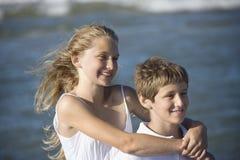 Hermana que abraza a su hermano Fotografía de archivo libre de regalías