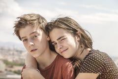 Hermana que abraza a su hermano Imágenes de archivo libres de regalías