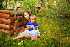Hermana y hermano en el jardín Foto de archivo