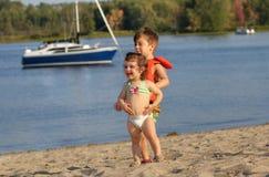 Hermana y hermano en la playa Fotografía de archivo
