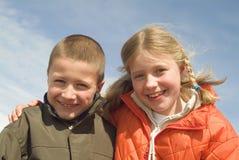 Hermana y hermano en la playa Foto de archivo libre de regalías