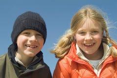 Hermana y hermano en la playa Fotos de archivo libres de regalías