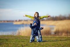 hermana y hermano felices Imagen de archivo libre de regalías