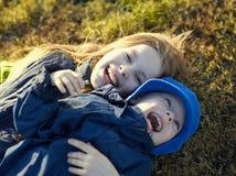hermana y hermano felices Fotos de archivo libres de regalías