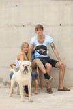 Ingenio feliz de las adolescencias su perro Fotografía de archivo libre de regalías