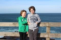Hermana y hermano jovenes fotos de archivo