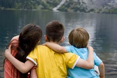 Hermana y hermanos en el lago mountain Imagenes de archivo