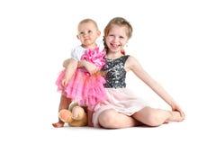 Hermanas 8 años y bebés de 11 meses Fotos de archivo libres de regalías