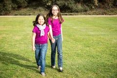 Hermanas afuera Imagen de archivo libre de regalías
