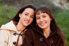 Hermanas agradables con una sonrisa hermosa Imagen de archivo libre de regalías