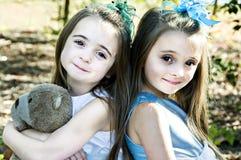 Hermanas, amigos y un oso foto de archivo libre de regalías